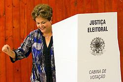 A Presidenta do Brasil Dilma Rousseff durante votação para prefeito e vereador nas eleições de 2012, na Escola Estadual Santos Dumond, em Porto Alegre/RS. FOTO: Marcos Nagelstein/Preview.com