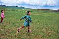 Mongolie, province de Ovorkhangai, parc de Batkhan, filette nomade // Mongolia, Ovorkhangai province, Batkhan national parc, nomad girl