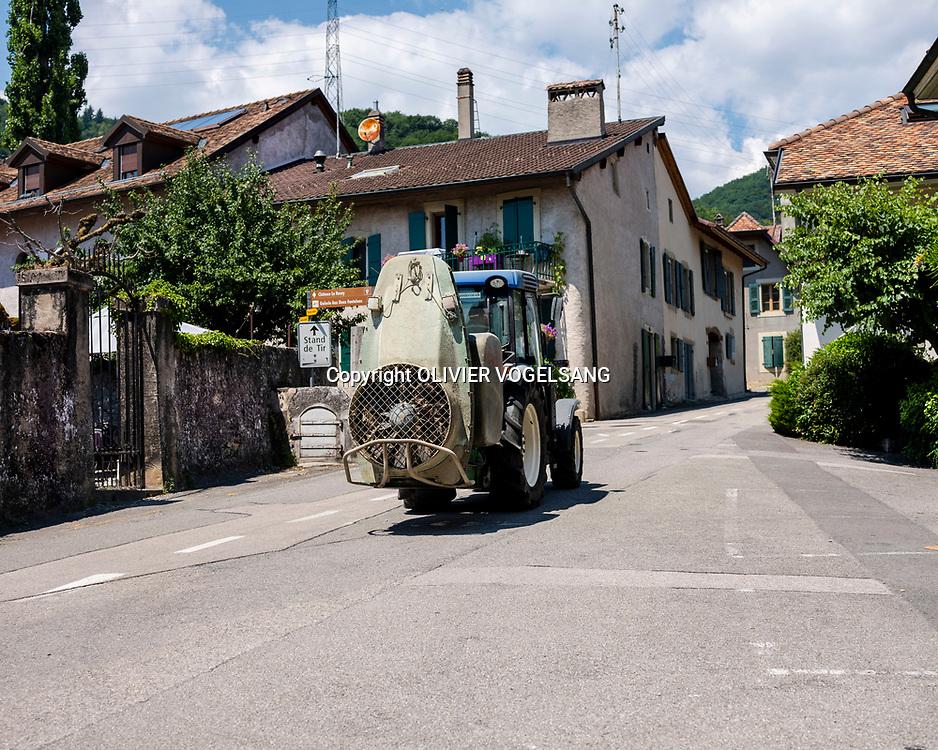 Bursins, juillet 2018. Bursins est une commune suisse du canton de Vaud, située dans le district de Nyon. Série d'été sur les clichés avec comme fil conducteur le vin blanc. Tracteur dans le centre du village écrasé par la chaleur. © Olivier Vogelsang