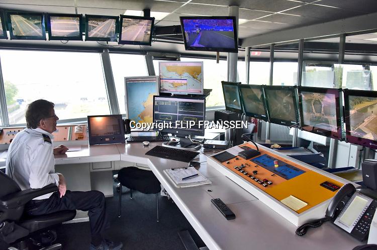 Nederland, the netherlands, Lelystad, 15-6-2018 Het sluizencomplex bij Lelystad speelt een belangrijke rol in de waterverdeling vanuit het IJsselmeer . Met de aanhoudende droogte wordt er gespuid om het grondwaterpeil in het achterland op hoogte te houden . Foto: Flip Franssen