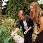 Vrijwilligster Isa van der Heijden botanische tuin Zonnelaan Hilversum