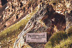 THEMENBILD - ein Holzschild auf einem Felsen markiert die Nationalpark Hohe Tauern Kernzone. Die Grossglockner Hochalpenstrasse verbindet die beiden Bundeslaender Salzburg und Kaernten und ist als Erlebnisstrasse vorrangig von touristischer Bedeutung, aufgenommen am 22. Juli 2019 in Fusch a. d. Grossglocknerstrasse, Österreich // a wooden sign on a rock marks the National Park Hohe Tauern core zone. The Grossglockner High Alpine Road connects the two provinces of Salzburg and Carinthia and is as an adventure road priority of tourist interest, Fusch a. d. Grossglocknerstrasse, Austria on 2019/07/22. EXPA Pictures © 2019, PhotoCredit: EXPA/Stefanie Oberhauser