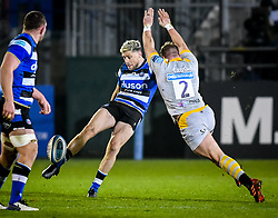 Tom Cruse of Wasps attempts to charge down Rhys Priestland of Bath Rugby - Mandatory by-line: Andy Watts/JMP - 08/01/2021 - RUGBY - Recreation Ground - Bath, England - Bath Rugby v Wasps - Gallagher Premiership Rugby