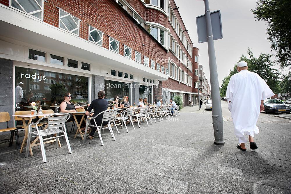Nederland, Amsterdam , 3 augustus 2010..De door de Europese Unie gesubsidieerde cafe restaurant Radijs aan de Jan Evertsenstraat, .Cafe-restaurant Radijs (Radish) in Amsterdam, subsidized by the European Union.