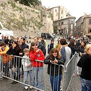 ITA/Bracchiano/20061118 - Huwelijk Tom Cruise en Katie Holmes, s'morgens is er al publiek