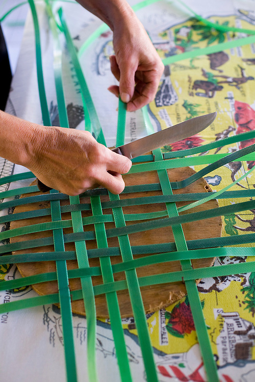 Belo Horizonte_MG, Brasil...Dona de casa fazendo artesanato...The housewife doing a craft...Foto: JOAO MARCOS ROSA / NITRO