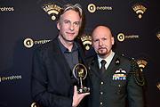 Uitreiking van de Gouden RadioRing 2017 tijdens de .<br /> radiovakprijzen in Theater Gooiland.<br /> <br /> Op de foto:   Adam Curry en Marco Kroon met de Marconi Oeuvre Award