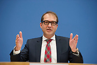 DEU, Deutschland, Germany, Berlin, 17.12.2014: Bundesverkehrsminister Alexander Dobrindt (CSU) in der Bundespressekonferenz bei der Vorstellung des Gesetzentwurfes zur Infrastrukturabgabe (PKW-Maut).