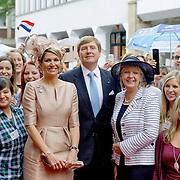 Koning en koningin bezoeken Noordrijn-Westfalen. <br /> Koning Willem Alexander en Koningin Maxima brengen een bezoek aan het Zentrum Niederlande-Studien<br /> <br /> King and Queen visit North Rhine-Westphalia.<br /> King Willem Alexander and Queen Maxima  visit the Zentrum Niederlande-Studien<br /> <br /> Op de foto / On the photo:  <br /> <br />  Koningin Maxima, koning Willem-Alexander en minister-president van Noordrijn-Westfalen Hannelore Kraft tijdens het afscheid van studenten van het Zentrum Niederlande-Studien<br /> <br /> Queen Maxima, King Willem-Alexander and Minister-President of North Rhine-Westphalia Hannelore Kraft during the farewell of students from the Zentrum Niederlande-Studien