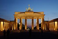 22 APR 2003, BERLIN/GERMANY:<br /> Brandenburger Tor, abends, beleuchtet nach Sonnenuntergang<br /> IMAGE: 20030422-02-013<br /> KEYWORDS: Nachtaufnahme, Abend, Nacht