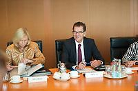 DEU, Deutschland, Germany, Berlin, 21.05.2014: <br />Bundesforschungsministerin Prof. Dr. Johanna Wanka (L) (CDU) und Bundesentwicklungshilfeminister Dr. Gerd Müller (R) (CSU) vor Beginn der 17. Kabinettsitzung im Bundeskanzleramt.