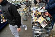 Duitsland, Germany, Kranenburg, 29-12-2015 Veel mensen uit Nederland kopen vuurwerk over de grens bij Nijmegen. Het Duitse siervuurwerk is goedkopen dan het Nederlandse. Duitsland, Germany, Kranenburg, 29 December. Sale of legal fireworks in a store. In Germany the firework is a lot cheaper as in Holland. Foto: Flip Franssen/HH