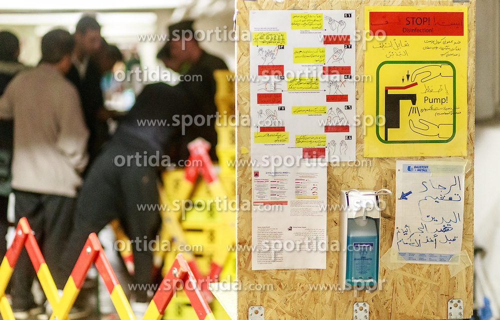 03.10.2015, Grenzübergang, Salzburg - Freilassing, GER, Flüchtlingskrise in der EU, im Bild ein Schild mit Hygiene Hinweise // a sign with hygiene instructions for the Migrants. Europe is dealing with its greatest influx of migrants and asylum seekers since World War II as immigrants fleeing war and poverty in the Middle East, Afghanistan and Africa try to reach Germany and other Western European countries, German - Austrian Border, Salzburg on 2015/10/03. EXPA Pictures © 2015, PhotoCredit: EXPA/ JFK