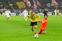 Bundesliga 2020: Borussia Dortmund - 1. FC Köln (5-1). Borussia Dortmunds Erling Braut Haaland drar seg forbi keeper Timo Horn før han setter inn 5-1 i bundesligakampen i fotball mellom Borussia Dortmund og 1. FC Köln på Signal Iduna Park.