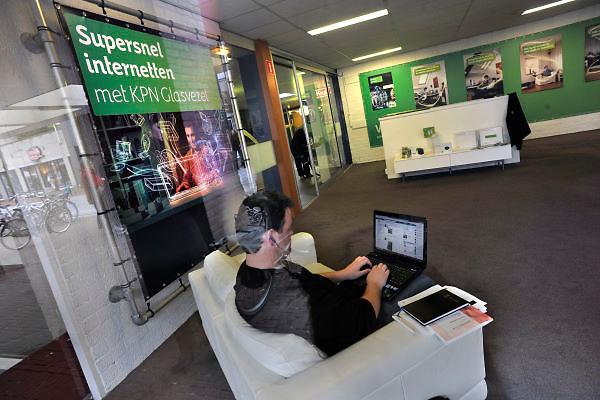 Nederland, Bemmel, 3-2-2012Een infocentrum van KPN in het centrum van het dorp om mensen te interesseren voor een glasvezel abonnement. Het is rustig en een werknemer, werkstudent,uitzendkracht, is bezig met zijn laptop.Foto: Flip Franssen/Hollandse Hoogte