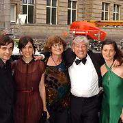 Uitreiking Bert Haantra Oeuvreprijs 2004, Paul Verhoeven en partner Martine Tours en kinderen