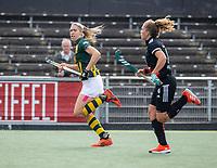 AMSTELVEEN - Pien van Nes (HDM) met Hester van der Veld (Amsterdam)  tijdens de competitie hoofdklasse hockeywedstrijd dames, Amsterdam-HDM (1-1).  COPYRIGHT KOEN SUYK