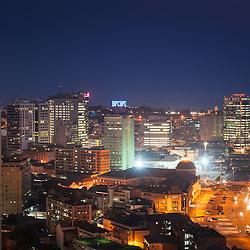 A baixa da cidade de Luanda ao cair da noite. Em destaque a Torre Ambiente, BNA, BPC, Torres Atlántico, Sonangol e Torres Elisee