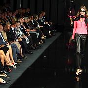 NLD/Amsterdam/20070915 - Modeshow Mart Visser najaar 2007, model, mannequin op de catwalk, publiek kijkt toe