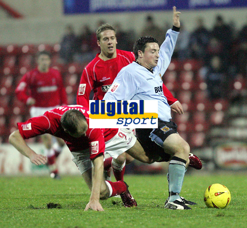 Fotball<br /> England 2004/2005<br /> Foto: SBI/Digitalsport<br /> NORWAY ONLY<br /> <br /> Swindon Town v Hull City<br /> The Coca-Cola Football League one. County Ground.<br /> 20/11/2004<br /> <br /> Swindon's Sam Parkin tackles Hulls Michael Keane