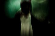 una paciente de un psiquiátrico poniéndose un vestido de novia que aún sigue pensando en usar
