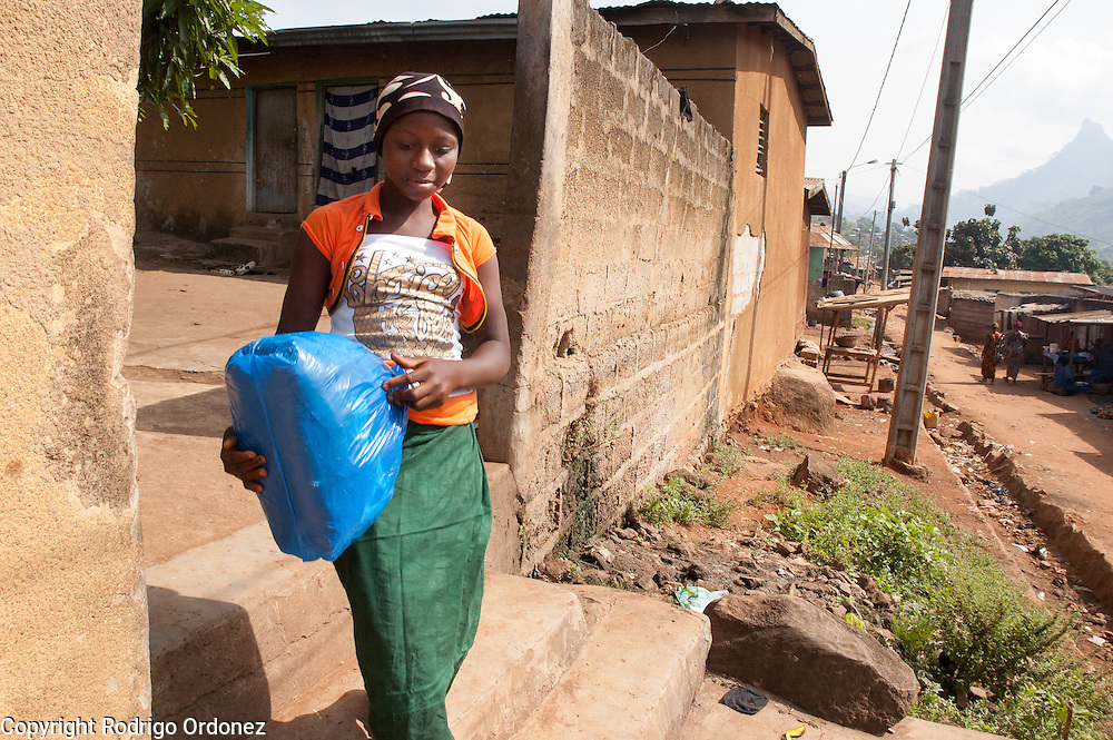 Maimouna, 11, leaves the home of family friends in Man, western Côte d'Ivoire, the morning before being reunited with her family. She is carrying a plastic bag with her belongings. <br /> Maimouna had been separated from her family for three months, since the moment armed conflict broke out in her hometown, Duékoué, and she had to flee to Man. Save the Children facilitated the reunion with her parents and her return home.