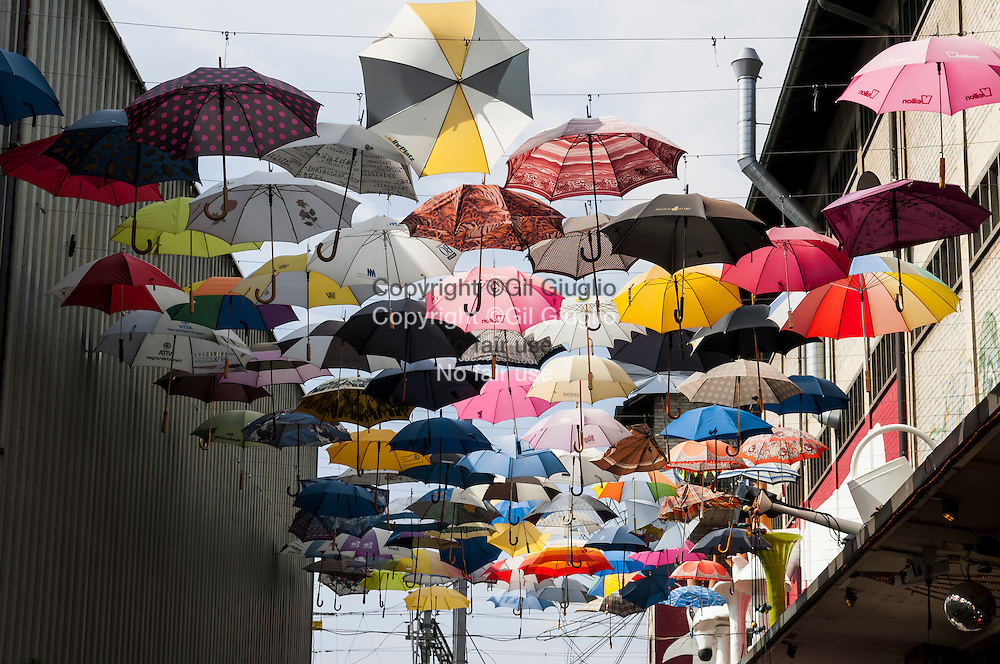 Suisse, Canton de Zurich, ville de Zurich, quartier rénové : Zurich-Ouest, plafond de parapluies de la Geroldstrasse // Switzerland, Zurich canton, city of Zurich, Zurich-West renovate neighborhood, umbrellas of Geroldstrasse