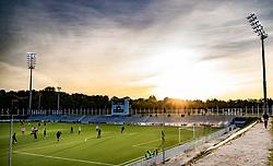 Solnedgang over cementtribunen før kampen i 1. Division mellem FC Helsingør og Vendsyssel FF den 18. september 2020 på Helsingør Stadion (Foto: Claus Birch).