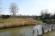 Tull en 't Waal is klein dorp in provincie Utrecht. Het dorp is gelegen aan de rivier de Lek. <br /> <br /> Op de foto:   Werk aan de Waalse Wetering - Nieuwe Hollandse Waterlinie