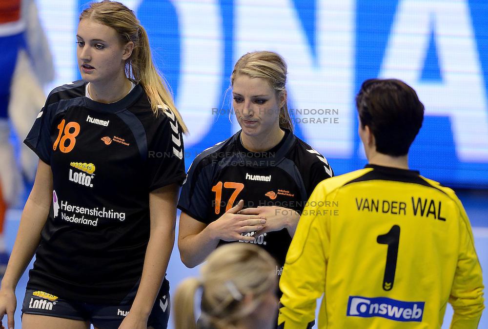 08-12-2013 HANDBAL: WERELD KAMPIOENSCHAP ZUID KOREA - NEDERLAND: BELGRADO <br /> 21st Women s Handball World Championship Belgrade. Nederland verliest de tweede partij van het WK met 29-26 van Korea / (L-R) Kelly Dulfer, Nycke Groot, Marieke van der Wal<br /> ©2013-WWW.FOTOHOOGENDOORN.NL