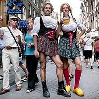 Nederland, Amsterdam , 16 augustus 2009..De Hartjesdagen op de Zeedijk (derde weekend van augustus) zetten de eeuwenoude traditie van Hartjesdag voort. Hartjesdag was een feestdag die op de derde maandag in augustus in Haarlem en Bloemendaal werd gehouden, en in delen van Amsterdam, met name rond het Haarlemmerplein, in de Jordaan, en in de Dapperbuurt...Tegenwoordig zijn de Hartjesdagen in het weekend ervoor (beginnend op vrijdagavond met een feest georganiseerd door de horeca) in de Amsterdamse binnenstad (omgeving van de Zeedijk). Vooral door de homoseksuelen van Amsterdam wordt het uitbundig gevierd met verkleedpartijen, waarbij de meest origineel verklede man en meest origineel verklede vrouw worden gekozen..Foto:Jean-Pierre Jans