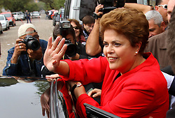 A candidata do PT à presidência da República, Dilma Rousseff, vota na seção eleitoral 160 da escola estadual Santos Dumont, em Porto Alegre. FOTO: Jefferson Bernardes/Preview.com