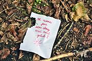 """Nederland, Nijmegen, 1-9-2019Iemand heeft in een park enkele briefjes achtergelaten met daarop de tekst """" ik wens jou een dag met veel geluk """"  .Foto: Flip Franssen"""
