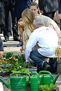 Koningsdag 2014 in Amstelveen, het vieren van de verjaardag van de koning. / Kingsday 2014 in Amstelveen, celebrating the birthday of the King. <br /> <br /> <br /> Op de foto / On the photo:  De prinsesjes  Amalia, Ariane en Alexia tuinieren tijdens een wandeling door Amstelveen. //// The princesses Amalia, Alexia and Ariane gardening while strolling through Amstelveen.