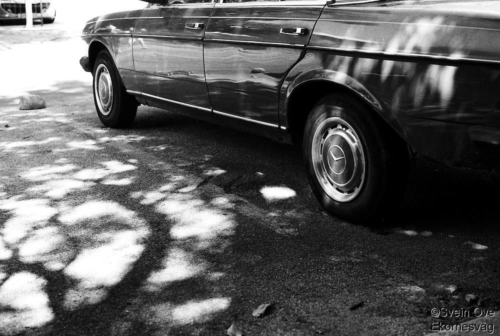 En gammel Mercedes venter på eieren sin på parkeringsplassen utenfor flyplassen i Dubrovnik.<br /> Foto: Svein Ove Ekornesvåg