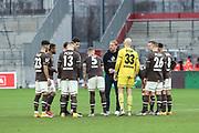 Fussball: 2. Bundesliga, FC St. Pauli - Fortuna Düsseldorf 0:3, Hamburg, 20.12.2020<br /> Trainer Timo Schultz (St. Pauli) motiviert sein Team vor der 2. Halbzeit <br /> © Torsten Helmke