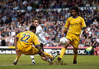 Fotball<br /> England 2004/2005<br /> Foto: SBI/Digitalsport<br /> NORWAY ONLY<br /> <br /> Derby County v Preston North End<br /> Coca Cola Championship. 08/05/2005<br /> <br /> Derby's Tommy Smith (C) sends in a shot past Youl Mawene (R) and Claude Davis (L) that hits the post.