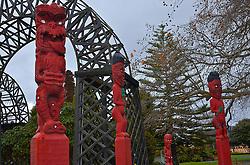 Primeiros habitantes da Nova Zelândia, os Maoris são descendentes dos polinésios e são guerreiros por natureza. Tanto as esculturas, todas em madeira trabalhada, como na danças de guerra, a lingua de fora é caracter'stica e serve de alerta aos rivais. FOTO: Lucas Uebel/Preview.com