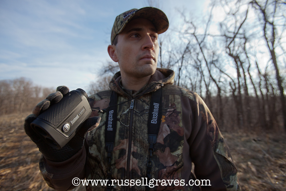 BOWHUNTER WITH A RANGEFINDER
