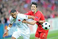 Kazim Kazim (TUR) gegen Paulo Ferreira (POR). © Werner Schaerer/EQ Images