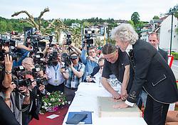 """08.05.2015, Velden, AUT, 25 Jahre, Ein Schloss am Wörthersee, Handabdruck der Stars in der Veldener Fanmeile, im Bild Thomas Gottschalk // Thomas Gottschalk gives a handprint at the Fan Mile as a side Event of 25th anniversary of tv series """"Ein Schloss am Wörthersee"""" in Velden, Austria on 2015/05/08. EXPA Pictures © 2015, PhotoCredit: EXPA/ Johann Groder"""