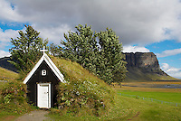 Islande. Eglise traditionnelle de Nupsstadur. // Iceland. Nupsstadur old church.