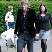 NLD/Blaricum/20110607 - Uitvaart Willem Duys, Matthijs van Nieuwkerk en medewerksters