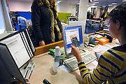 Nederland, Nijmegen, 13-12-2006Balie van de kinderafdeling, kindergeneeskunde, van het umc radboud ziekenhuis, umcn. de receptioniste overhandigt een folder, brochure aan een moeder.Foto: Flip Franssen