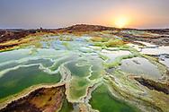 Farbige vulkanische Phänomene beim Vulkan Dallol mit Solfataren in der Danakil-Senkel, 120 Meter unter dem Meeresspiegel, am Morgen, Afar-Region, Äthiopien / <br /> <br /> Farbige vulkanische Phänomene beim Vulkan Dallol mit Solfataren in der Danakil-Senkel, 120 Meter unter dem Meeresspiegel, am Morgen, Afar-Region, Äthiopien