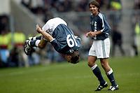 Fotball<br /> Nederland 2003/2004<br /> Foto: Digitalsport<br /> Norway Only<br /> <br /> seizoen 2003 / 2004 , eindhoven 26-10-2003 psv - ajax 2-2. wesley sonck scoort de gelijkmakende 1-1 en maakt zijn inmiddels bekende salto . zdenek grygera kijkt lachend toe