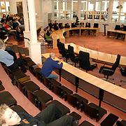 NLD/Huizen/20060301 - Schaduwverkiezingen voor de jeugd gemeentehuis Huizen,                           scholieren, raadszaal, gemeente, tribune, publieke