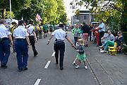 Nederland, Nijmegen, 15-7-2014 Start van de 98e 4 daagse. 43000 deelnemers. Op de Wedren worden de polsbandjes gescand waarna via het centrum en de  waalbrug gelopen wordt naar Bemmel en Elst in de Betuwe en wordt wel de dag van Elst genoemd. Op de foto de doorkomst in Bemmel. De vierdaagse is het grootste wandelevenement ter wereld. Foto: Flip Franssen/Hollandse Hoogte
