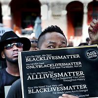 """Nederland, Amsterdam, 10 juli 2016<br /> Een paar honderd mensen zijn vanmiddag op de Dam in Amsterdam bijeen gekomen om in stilte te protesteren tegen het politiegeweld in Amerika. Onder de naam Black Lives Matter trok de stoet vervolgens door de stad.<br /> """"Mijn initiatief was om alleen op de Dam te gaan staan met een papiertje op mijn rug"""", vertelt initiatiefneemster Anna Hammond.""""Eniedereen die langs komt kon dan vragen aan mij stellen, en ik zou die vragen dan beantwoorden.""""<br /> """"Ik heb dat op mijn Facebook gepost, omdat ik dacht: ja misschien willen wel wat vrienden meedoen. En dat is viral gegaan. Ik had nooit gedacht dat er zo veel mensen op af zouden komen"""",zegt ze verrast.<br /> <br /> Netherlands, Amsterdam, July 10, 2016<br /> A few hundred people met this afternoon on the Dam in Amsterdam to protest silently against police violence in America. Under the name Black Lives Matter the procession continued through the city.""""My initiative was to just stand on the Dam with a piece of paper on my back,"""" says initiator Anna Hammond. """"And everyone who comes along could then ask me questions, and I would answer those questions.""""I've posted on my Facebook, because I thought, yeah maybe do want to join some friends and that went viral. I never thought that so many people would join,"""" She says surprised.<br /> <br /> <br /> Foto: Jean-Pierre Jans"""