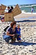 Jurata, 2008-06-20. Kobieta z dzieckiem na plaży w Juracie